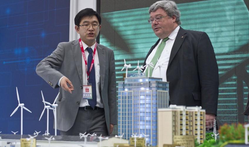 Auf der Hannover Messe am Hauptpavillon des Partnerlandes China, zusammen mit Donglai Xu, Direktor CCPIT, Beijing.